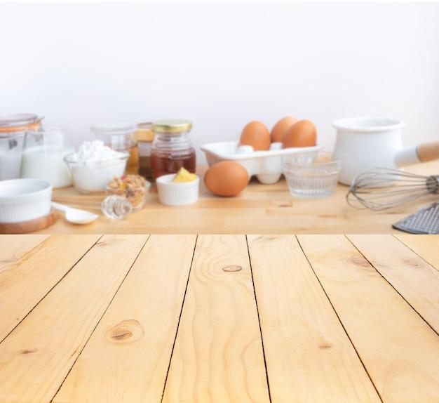 Cucinare cibi per la colazione o prodotti da forno con ingredienti e copiare lo spazio dello sfondo del tavolo in legno.per l'esposizione del prodotto.mangiare sano