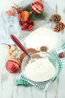 Cucinare i biscotti di natale su un tavolo di legno