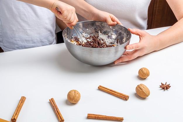 Cucinare biscotti al cioccolato di natale e capodanno o pan di zenzero. cottura festiva tradizionale, infornare con i bambini. passo 9 frusta gli ingredienti per la pasta. ricetta passo dopo passo.