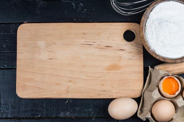 Concetto di cottura. gli ingredienti e gli strumenti di cottura di base di cottura si chiudono su