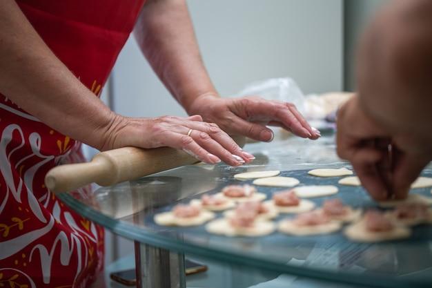 Cucinare gli gnocchi a casa in cucina al tavolo