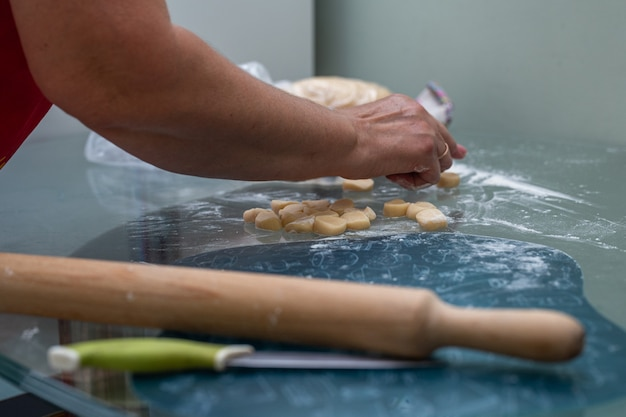 Cucinare gli gnocchi a casa sul tavolo in cucina