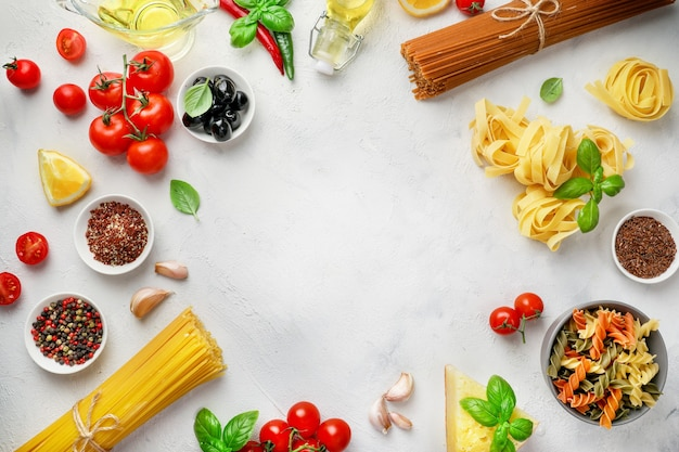 Cornice di cottura. ingredienti alimentari per pasta italiana su bianco.