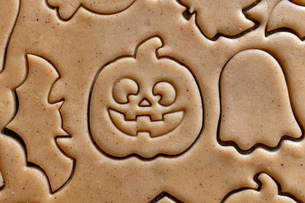 Cucinare l'impasto del tagliabiscotti di halloween zucca pipistrello fantasma