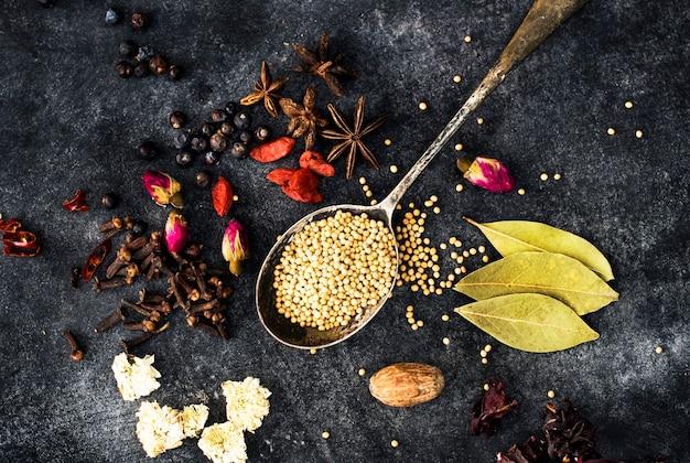 Cucinare erbe e spezie condimenti