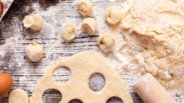 Cucinare gnocchi fatti in casa con prodotti naturali. vista dall'alto.