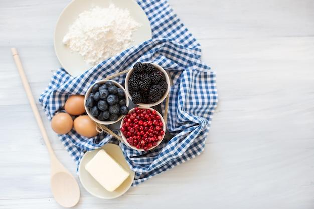 Cucinando. ingredienti. cottura con frutti di bosco freschi.