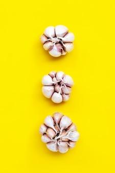 Cottura degli ingredienti, aglio su sfondo giallo.
