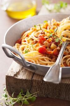 Cucinare gli spaghetti alla bolognese della pasta italiana