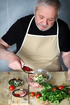 Cottura di carne macinata per hamburger o kebab di cotolette
