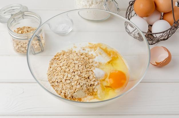 Cucinare frittelle di farina d'avena con banane uova latticello zucchero farina d'avena vaniglia in una ciotola