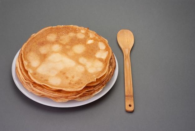 Cucinare le frittelle frittelle di shrovetide maslenitsa impilate su un piatto