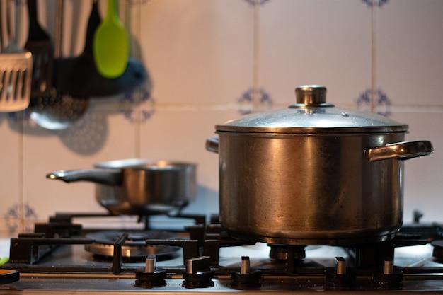 Cucinare in una pentola sul fornello a gas
