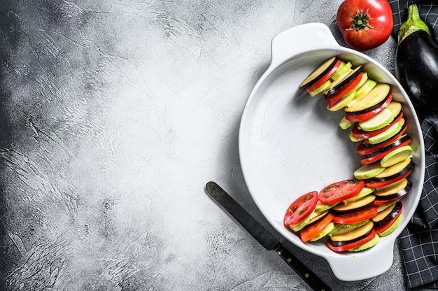 Cottura di ratatouille - tradizionale piatto di verdure provenzale francese. grigio. vista dall'alto. copia spazio.