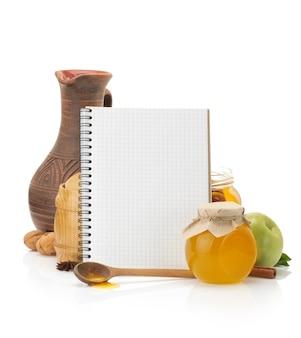 Libro di ricette di cucina e cibo isolato su bianco