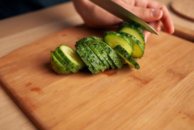 Cucinare insalata di verdure fresche affettare vitamine salutari