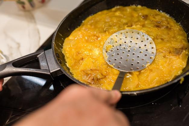 Cucinare e modellare una frittata di patate