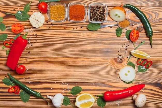 Tavolo da cucina. sfondo con spezie e verdure. vista dall'alto.