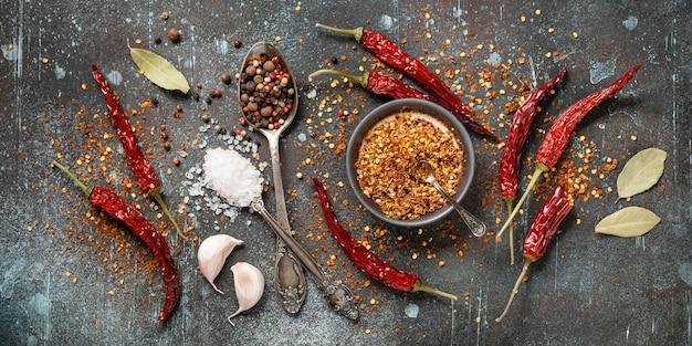 Tavolo da cucina con spezie secche