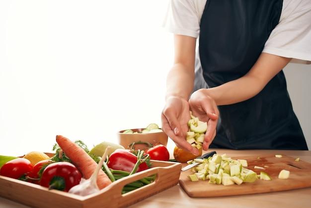 Cucinare le verdure affettare il primo piano delle vitamine della cucina