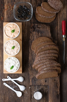 Cucinare tapas spagnole vegetariane pintxos panini su un tavolo di legno
