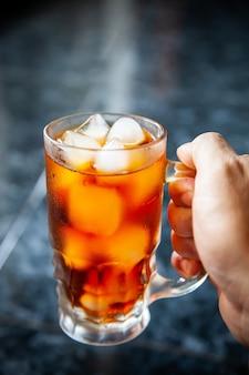 Cool americano, caffè, cubetti di ghiaccio, vetro.