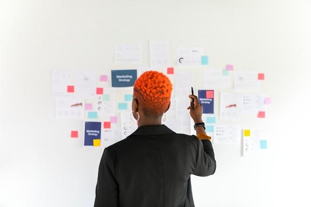 Bella donna d'affari nera che pianifica una strategia di marketing