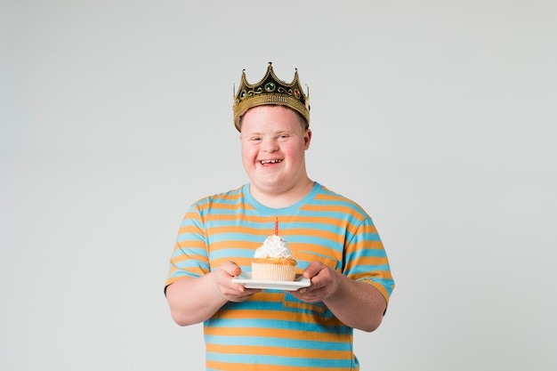 Ragazzo figo con sindrome di down che festeggia il suo compleanno