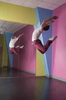 Cool break dancer a mezz'aria davanti allo specchio