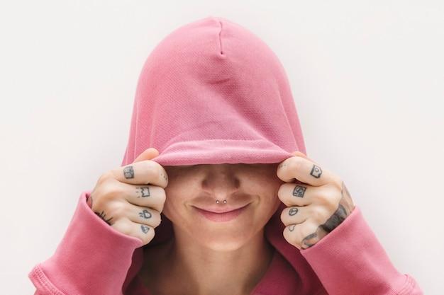 Bella ragazza che indossa una felpa rosa