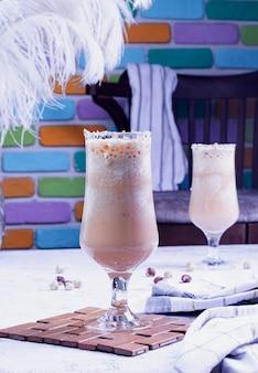 Succo fresco con sfondo colorato