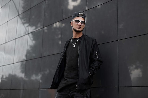 Cool uomo hipster in outwear nero