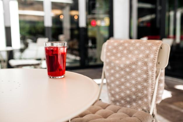 Bevanda fresca rossa sul tavolo bianco nella caffetteria