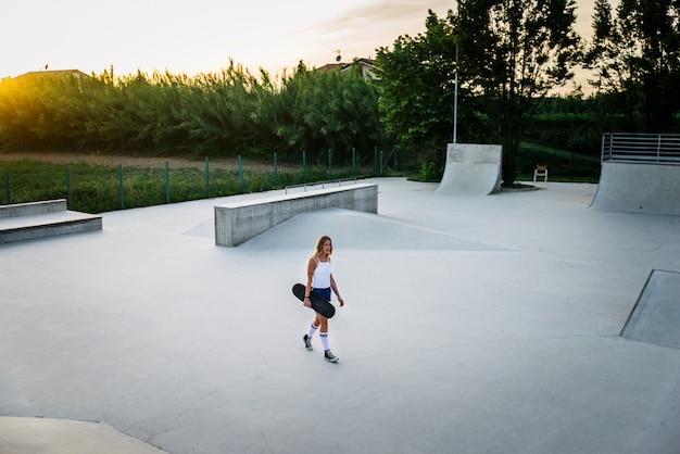 Fantastica ragazza skater allo skatepark