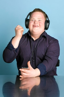 Bel giovane con sindrome di down che ascolta un podcast sportivo