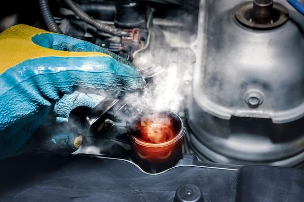 Alta temperatura del liquido di raffreddamento e fumo vaporizzato dal radiatore dell'auto