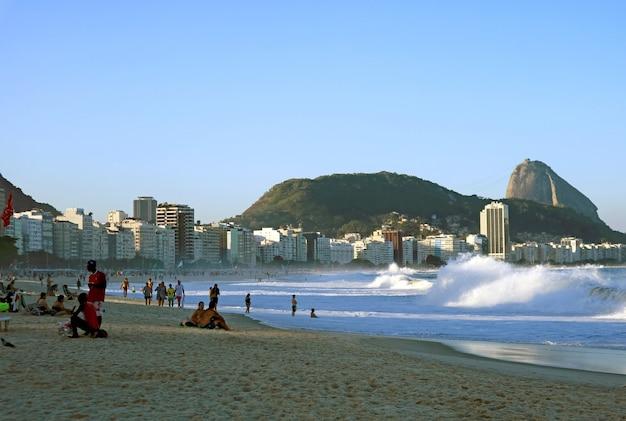 La spiaggia di copacabana di rio de janeiro nel tardo pomeriggio con il pan di zucchero sullo sfondo, brasile