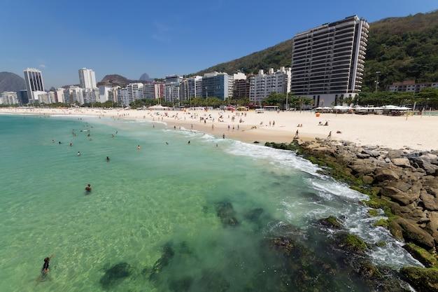 Spiaggia di copacabana con acque verdi a rio de janeiro in brasile.
