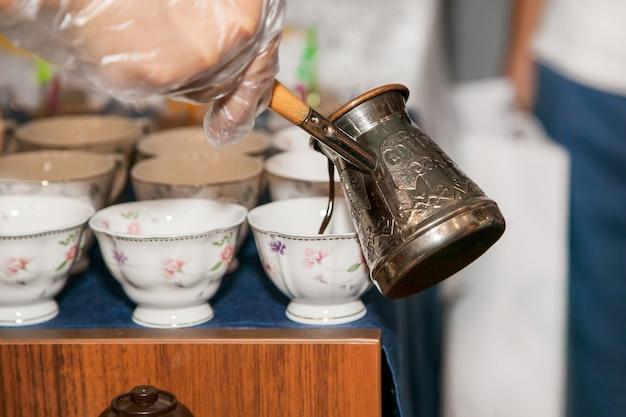 Cezve di rame con versamento di caffè turco. orientale, caffè orientale.