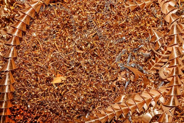 Trucioli di rame. lavorazione del rame su macchine cnc in produzione.