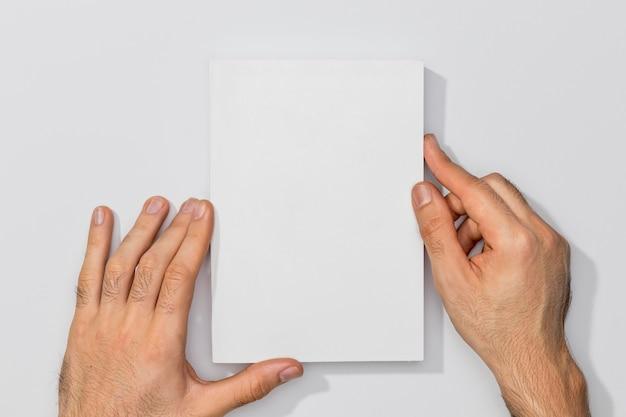 Copi le mani del libro e della persona dello spazio