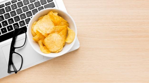 Ciotola copia-spazio con patatine Foto Premium