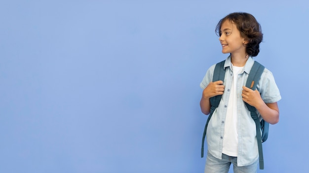 Copia-spazio ragazzo con zaino