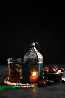 Candela copia-spazio con snack per il ramadan
