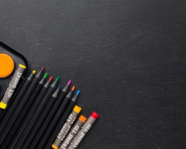 Copia spazio pastelli colorati e matite