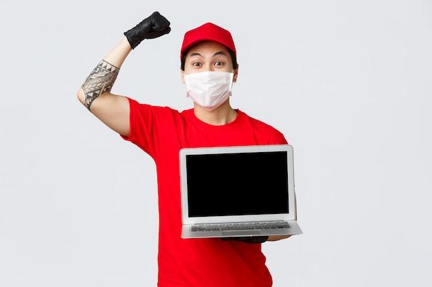 Uomo di consegna dello spazio della copia con il computer portatile