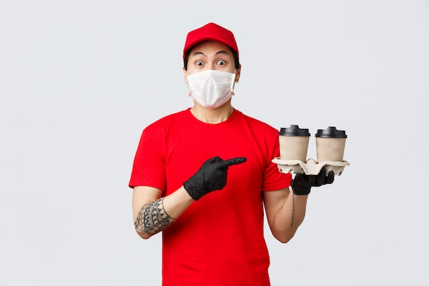 Uomo di consegna copia-spazio con tazze da asporto