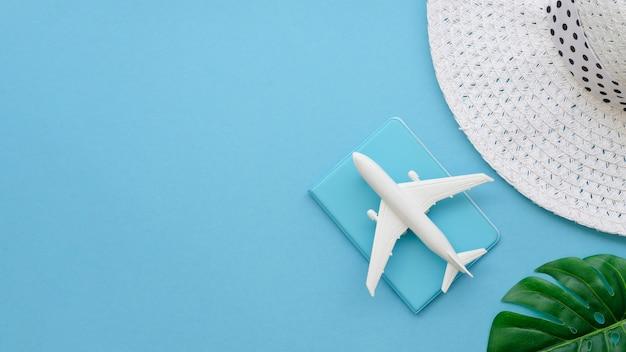 Copia-spazio cappello con aereo e passaporto