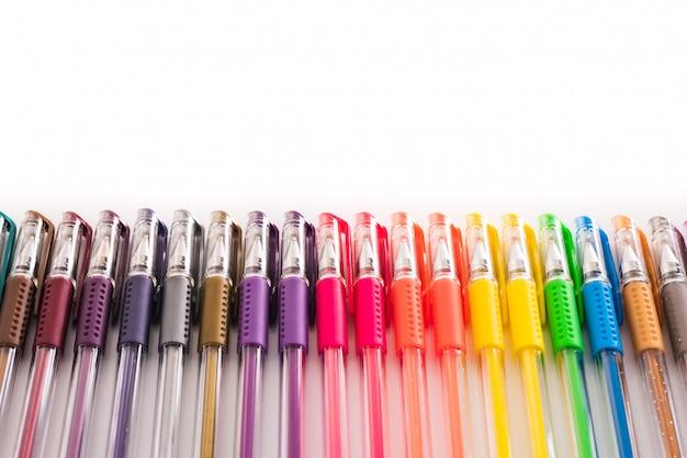 Copi lo spazio isolato su bianco delle penne colorate per i mestieri dei bambini nelle scuole.