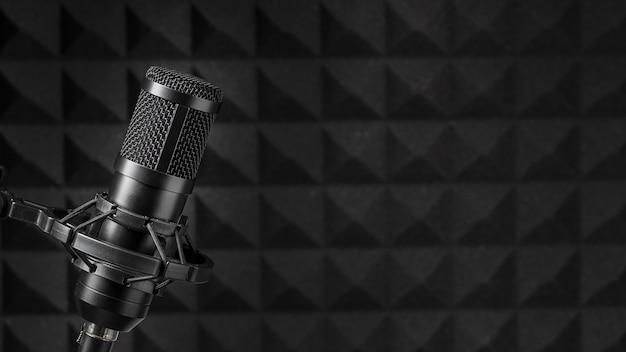 Copia il microfono spaziale circondato da schiuma di isolamento acustico
